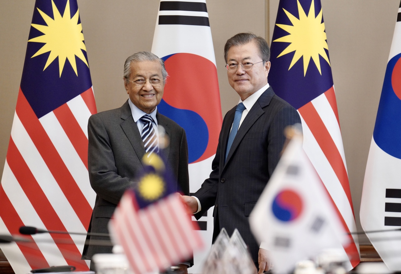 President Moon Jae-in and Malaysian Prime Minister Mahathir bin Mohamad pose for a photograph before the summit meeting at the presidential office in Seoul on Thursday. Yonhap