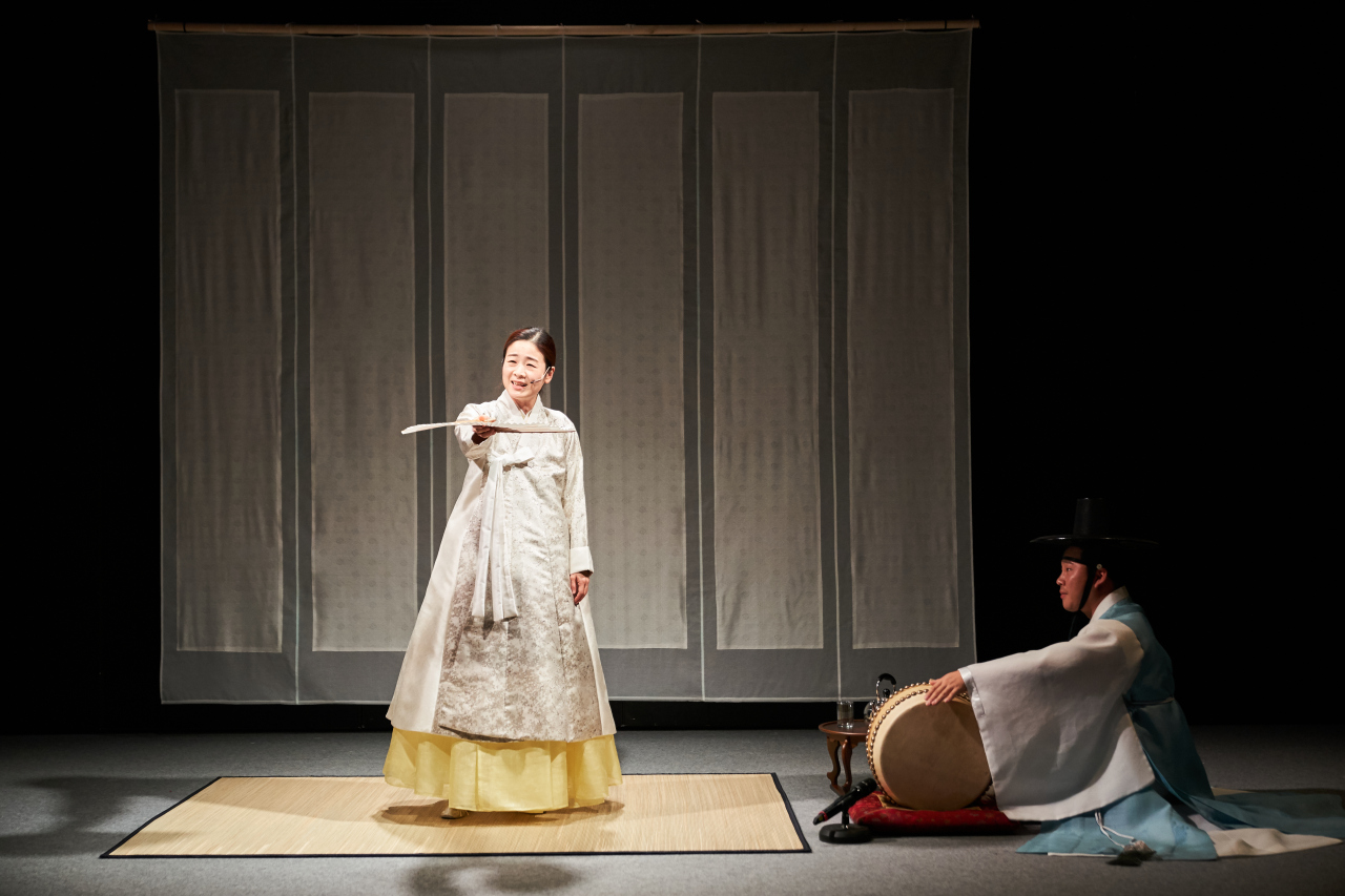 "Lee Ja-ram (left) and Gosu Lee Jun-hyoung perform her pansori version of ""The Old Man and the Sea"" at Doosan Art Center. (DAC)"