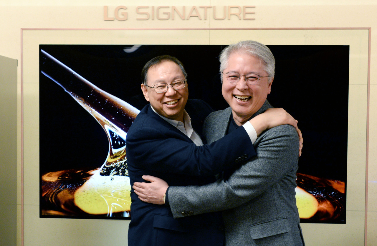 Vice Chairman & CEO Jo Seong-jin (left) and newly appointed CEO Kwon Bong-seok hug each other at the company's headquarters in Yeouido on Thursday. (LG Electronics)