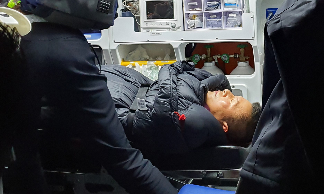 Liberty Korea Party chief Hwang Kyo-ahn is transported in an ambulance, Wednesday night. (Yonhap)