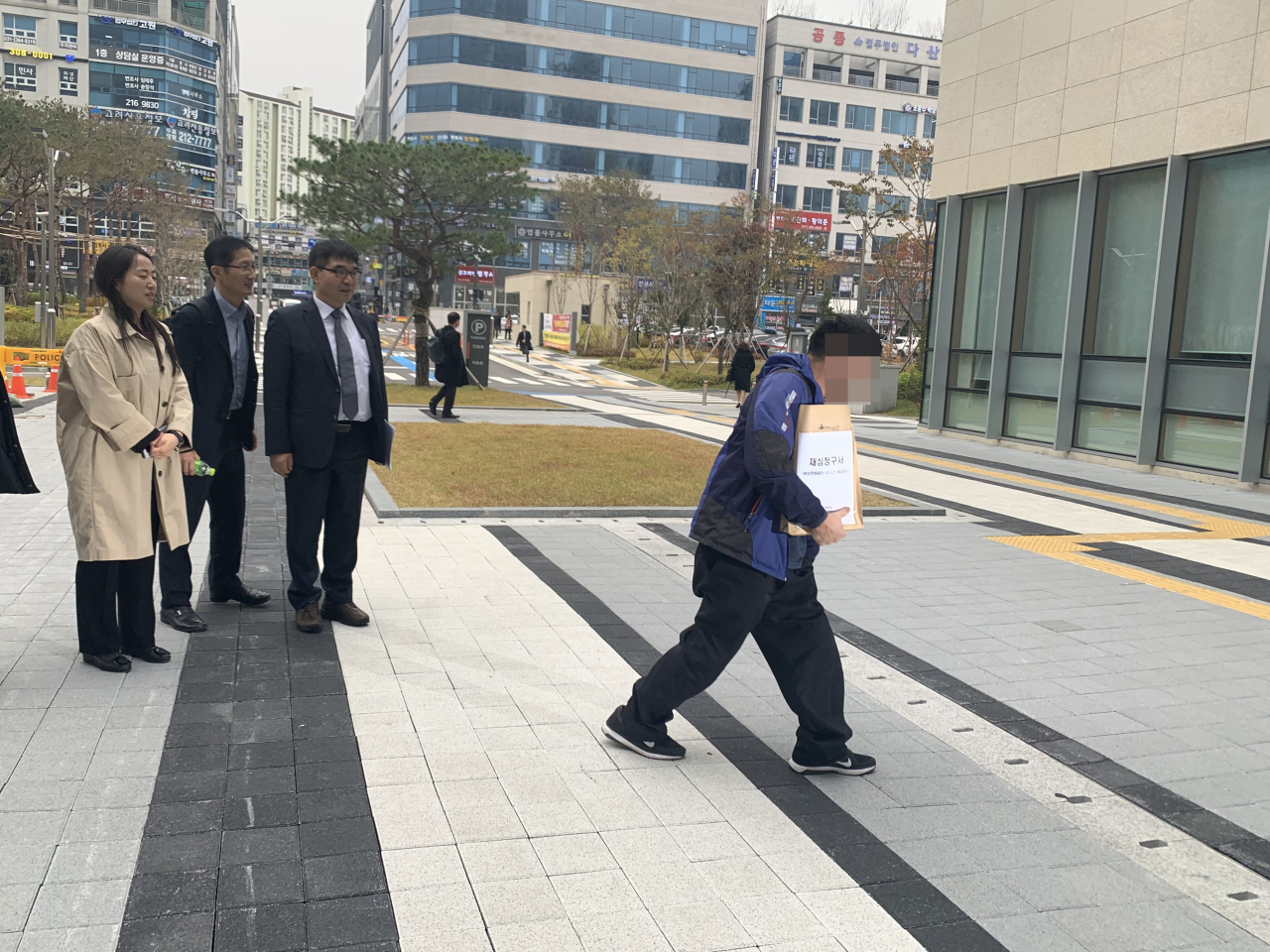 Yun photographed before filing a request for retrial Nov. 13 at Suwon District Court in Gyeonggi Province with his team of three lawyers (left). (Kim Arin/The Korea Herald)