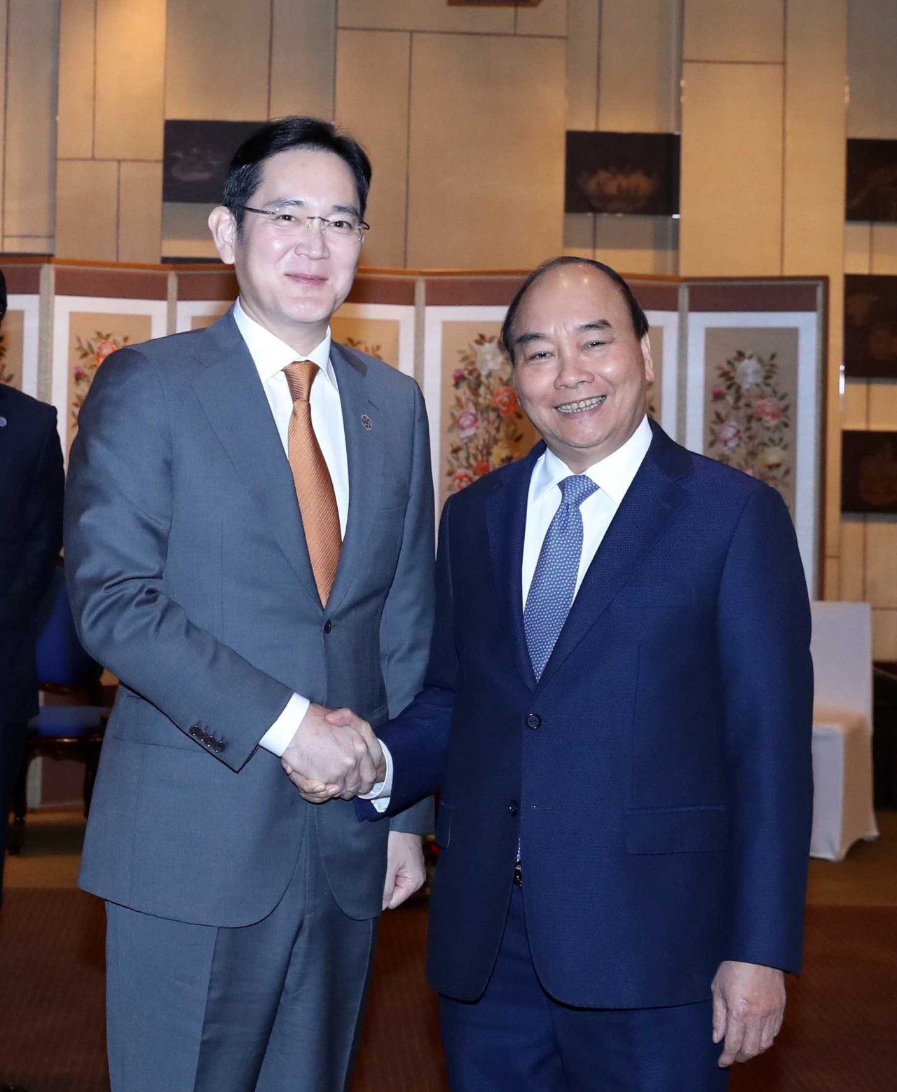 Samsung Electronics Vice Chairman Lee Jae-yong (left) and Vietnamese Prime Minister Nguyen Xuan Phuc hold hands after a meeting at the Grand Hyatt Seoul on Thursday. (Yonhap)