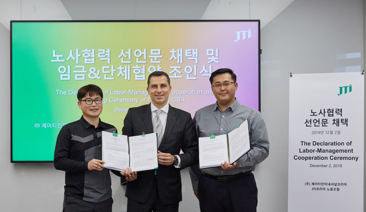 JTI Korea General Manager Jose Luis Amador (center) poses after the company's labor-management cooperation ceremony at its headquarters in Seoul, Monday (JTI Korea)