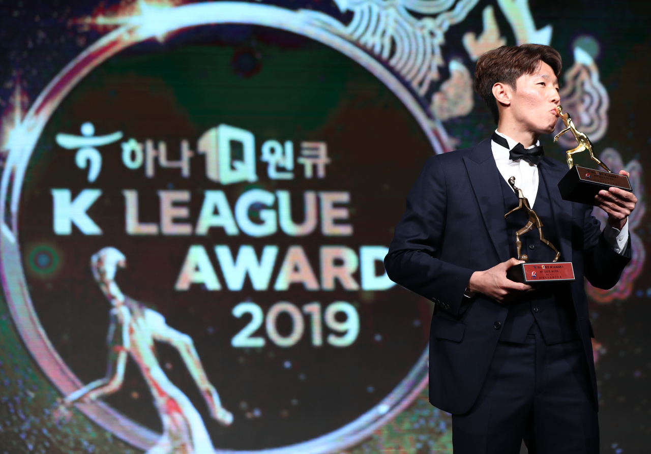 Kim Bo-kyung of Ulsan Hyundai FC kisses the trophy for the K League 1 MVP award during the K League Awards ceremony in Seoul on Monday. (Yonhap)