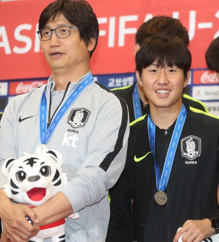 In this file photo from June 17, 2019, Chung Jung-yong (Left) then head coach of the South Korean men's under-20 national football team, and midfielder Lee Kang-in pose for photos at Incheon International Airport after returning from the FIFA U-20 World Cup in Poland. South Korea finished second to Ukraine in the tournament. (Yonhap)
