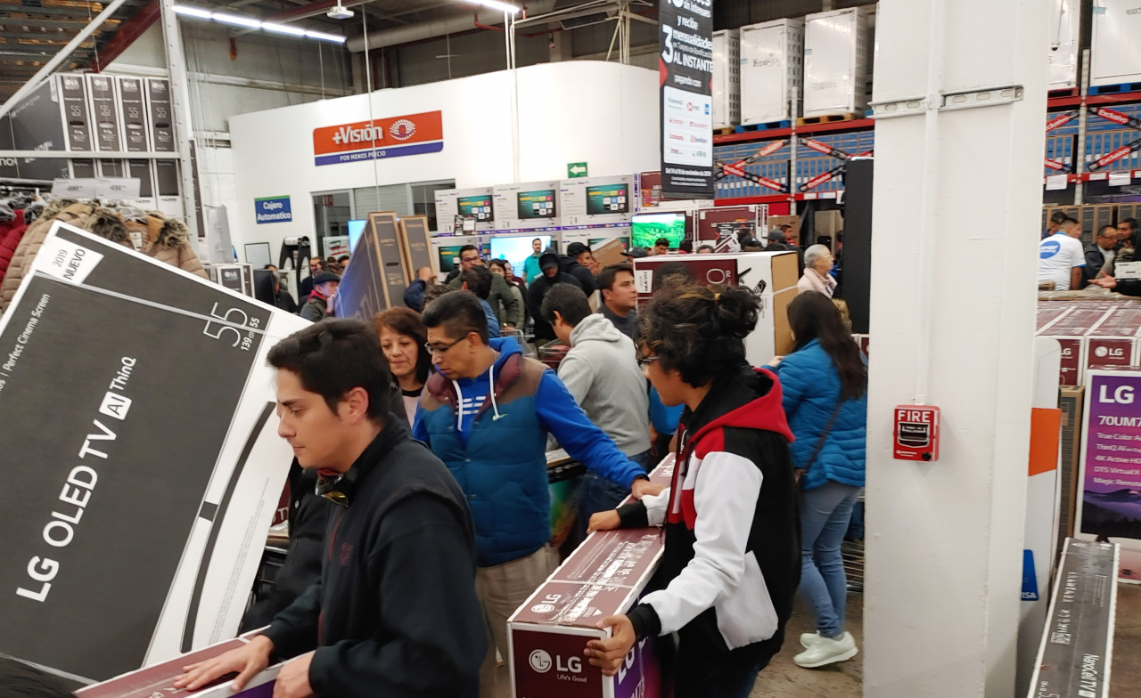 Consumers buy LG OLED TVs in Mexico City last week. (LG Electronics)