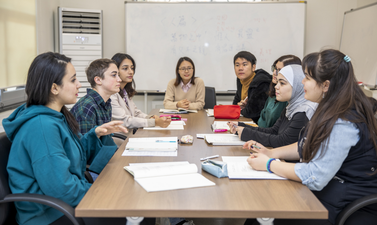 International students attend a class of the AKS Hanmun (classical Chinese) Fellowship at the Academy of Korean Studies in Seongnam-si, Gyeonggi Province. (The Academy of Korean Studies)