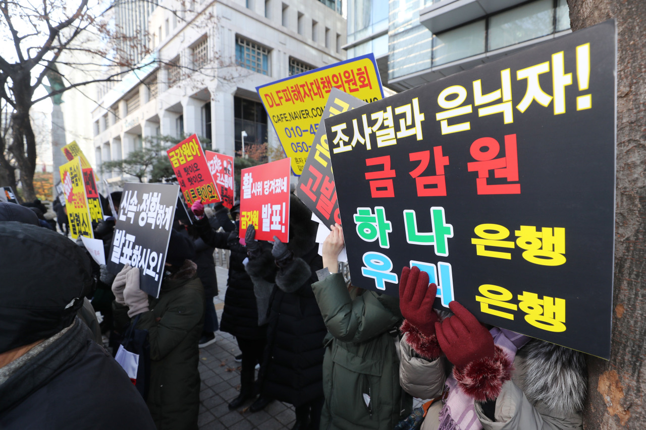 Victims of the controversial derivative-linked financial products hold a protest in front of the Financial Supervisory Service building in Yeouido on Thursday. (Yonhap)