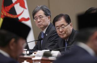 Chung Eui-yong (right), director of Cheong Wa Dae`s national security office. (Yonhap)
