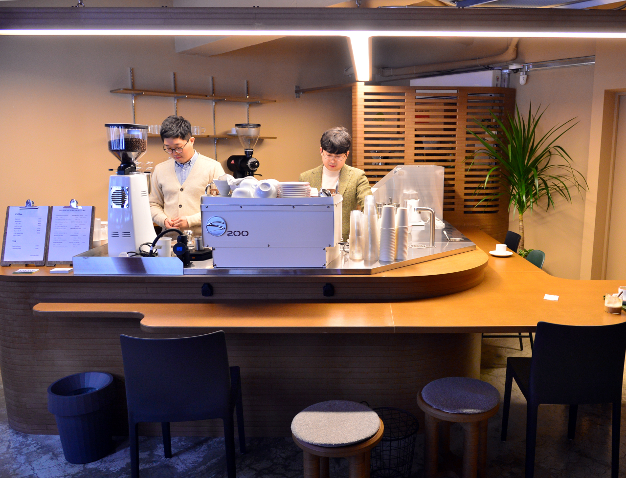 Brothers Ko Tae-young (right) and Ko Young-soo put the spotlight on small-batch brews at Vinter Coffee Bar. (Park Hyun-koo/The Korea Herald)