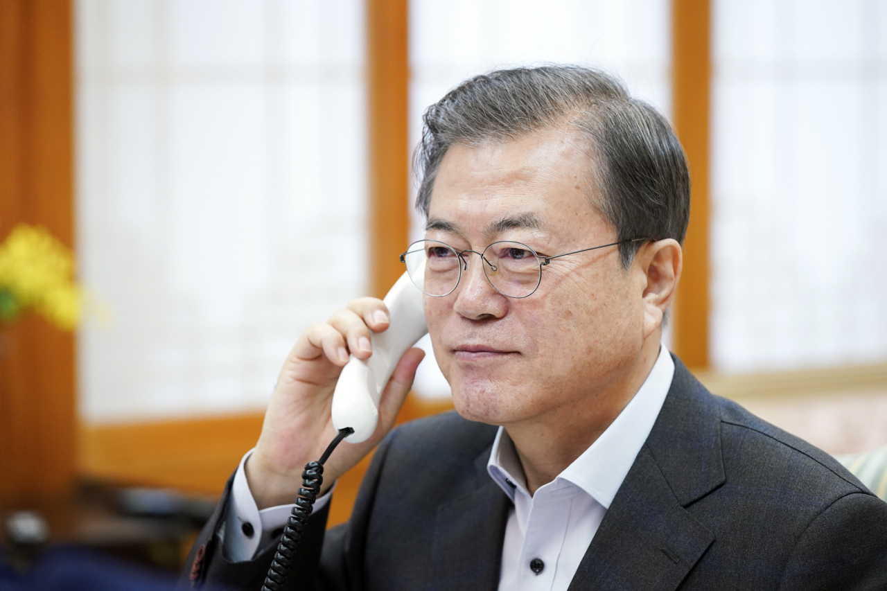South Korean President Moon Jae-in speaks to US President Donald Trump on a phone at Cheong Wa Dae, Seoul, on Saturday. (Yonhap)