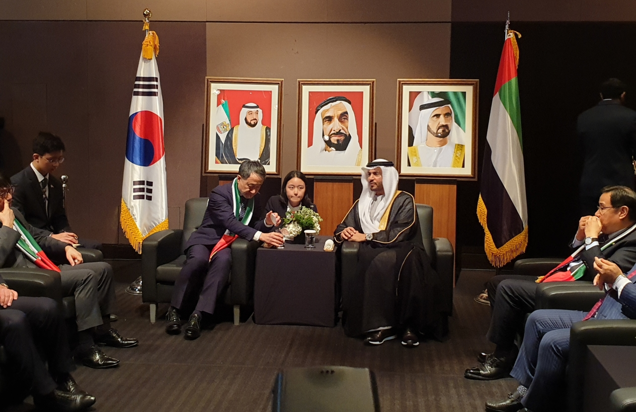 UAE Ambassador to South Korea Abdulla Saif Al Nuaimi (center right) and South Korea's Welfare Minister Park Neung-hoo speak at the VIP zone at the 48th National Day of the UAE celebrated on Dec. 2 in central Seoul. (Kim Bo-gyung/ The Korea Herald)