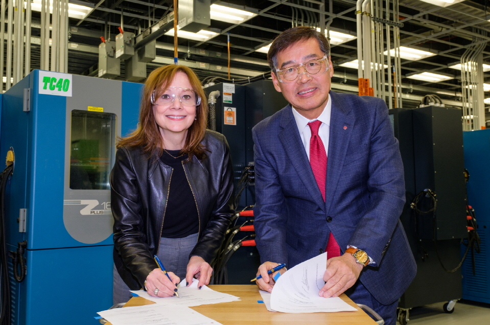 GM Chair Mary Barra (left) and LG Chem Vice Chairman Shin Hak-cheol sign a contract for an Ohio EV battery plant on Thursday. (LG Chem)