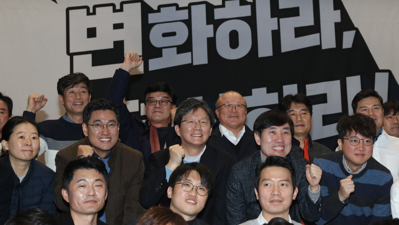 Yoo Seong-min (center) photographed Sunday at the preparatory committee meeting for a new party. (Yonhap)