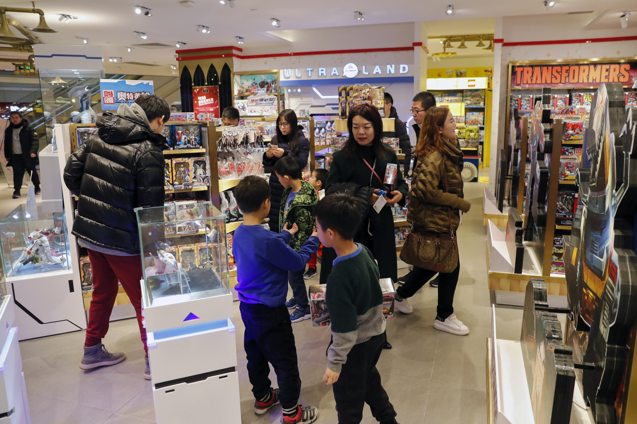 In this Saturday, Dec. 7, 2019, photo, Chinese parents and their children shop for toys at the American toy store FAO Schwarz at the capital city's popular shopping mall in Beijing.(AP-Yonhap)