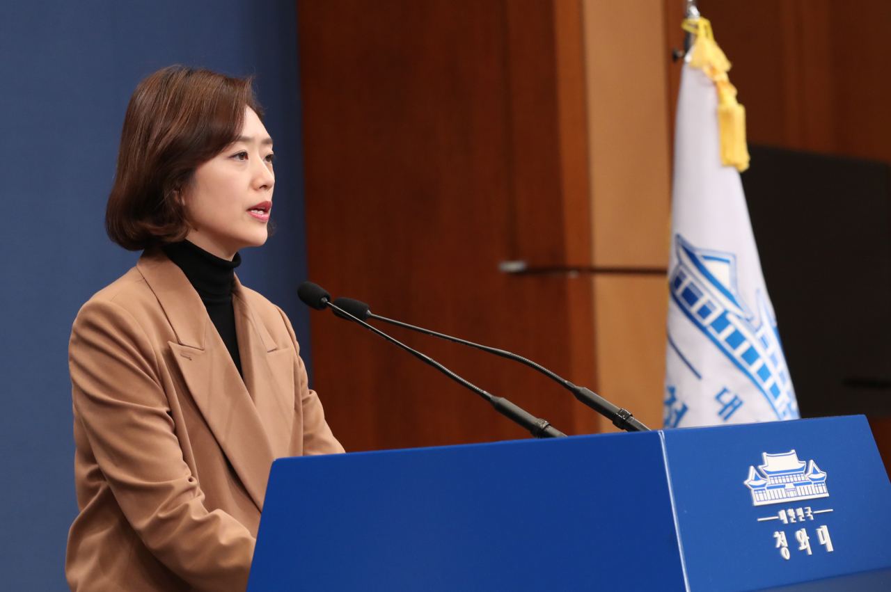 Cheong Wa Dae spokesperson Ko Min-jung announces the plans for trilateral summit with China and Japan on Tuesday. Yonhap