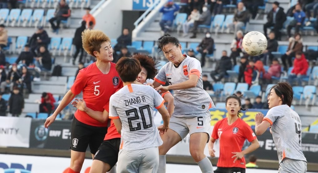 Hong hye-ji, a defender of the South Korea women's football team, heads the ball in a match with China on Dec. 10 at the Gudeok Stadium, Busan. (Yonhap)