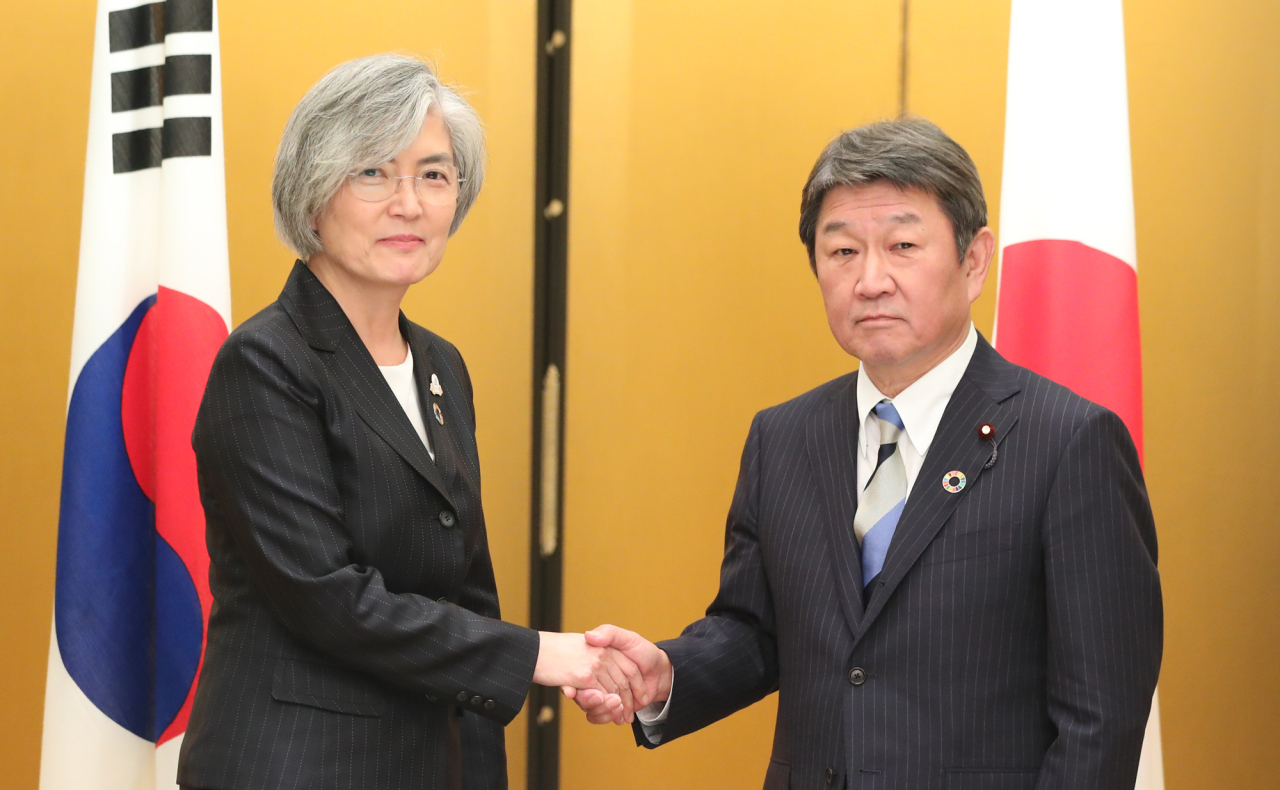 Foreign Affairs Kang Kyung-wha (left) and her Japanese counterpart Toshimitsu Motegi (right). Yonhap