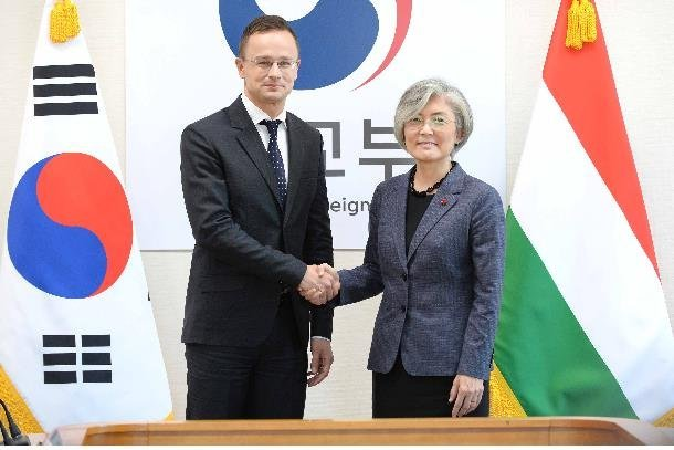 South Korean Foreign Minister Kang Kyung-wha (R) shakes hands with her Hungarian counterpart, Peter Szijjarto, ahead of their talks in Seoul on Dec. 12, 2019, in this photo provided by Seoul`s foreign ministry. (Yonhap)