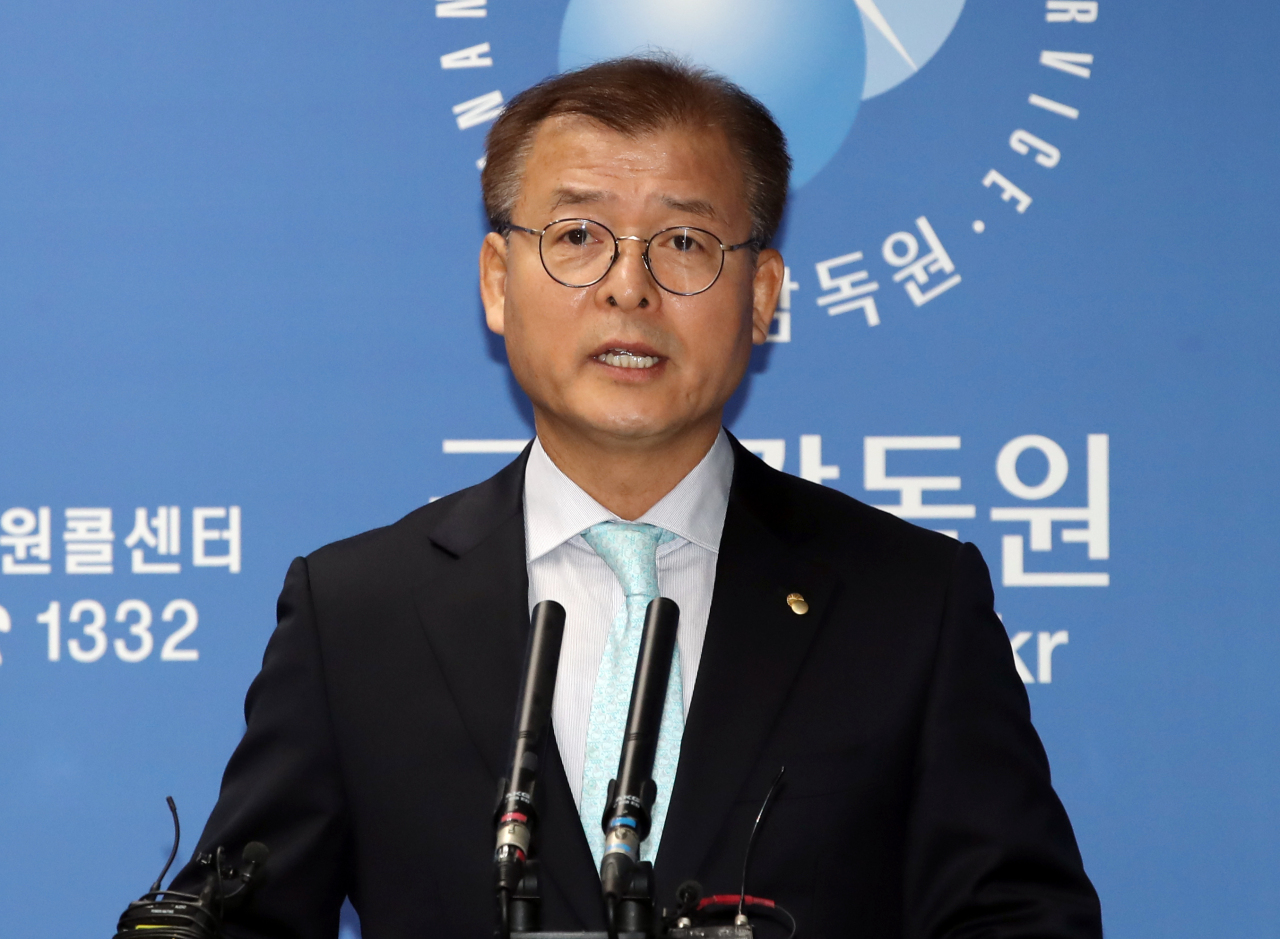Jung Sung-woong, deputy governor of the Financial Supervisory Service, holds a press briefing in Seoul on Friday, explaining a decision made by the FSS Dispute Settlement Board to recommend that local banks pay compensation for misselling currency-linked derivatives to local companies over 10 years ago. (Yonhap)