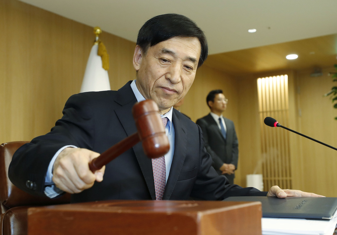 Bank of Korea Gov. Lee Ju-yeol chairs the Monetary Policy Board meeting on Nov. 29, when the bank froze the policy rate at the current record low of 1.25 percent. (Yonhap)