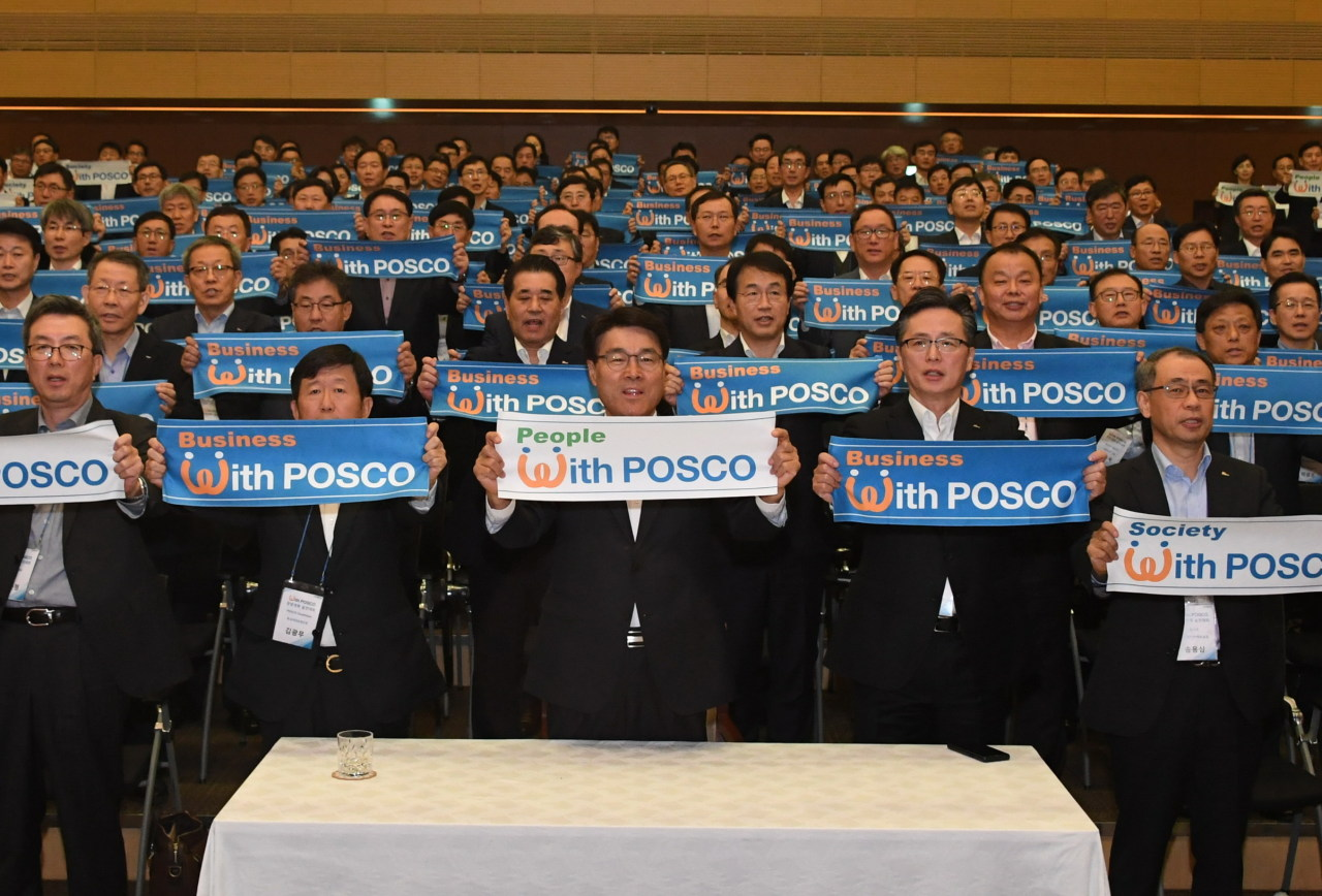 Posco Chairman Choi Jeong-woo (center, front row) poses for a photo with his employees upon pledging to achieve 100 reform tasks. (Posco)