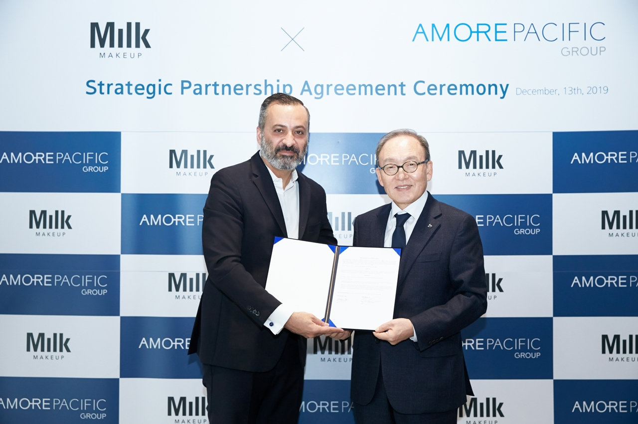 Amorepacific Group President Bae Dong-hyun (right) and Milk Makeup founder Mazdack Rassi pose for a photo after a ceremony held Friday. (Amorepacific)