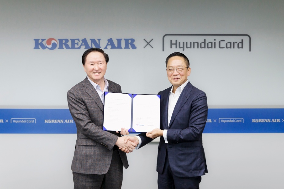 Korean Air CEO Woo Ki-hong (left) and Hyundai Card Vice Chairman and CEO Chung Tae-young hold hands after signing a PLCC partnership deal. (Hyundai Card & Hyundai Capital Newsroom)