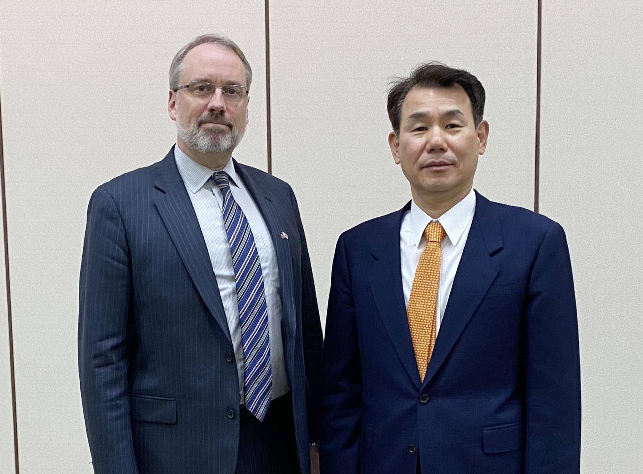 Korea's chief negotiator Jeong Eun-bo (right) and his US counterpart James DeHart (Yonhap)