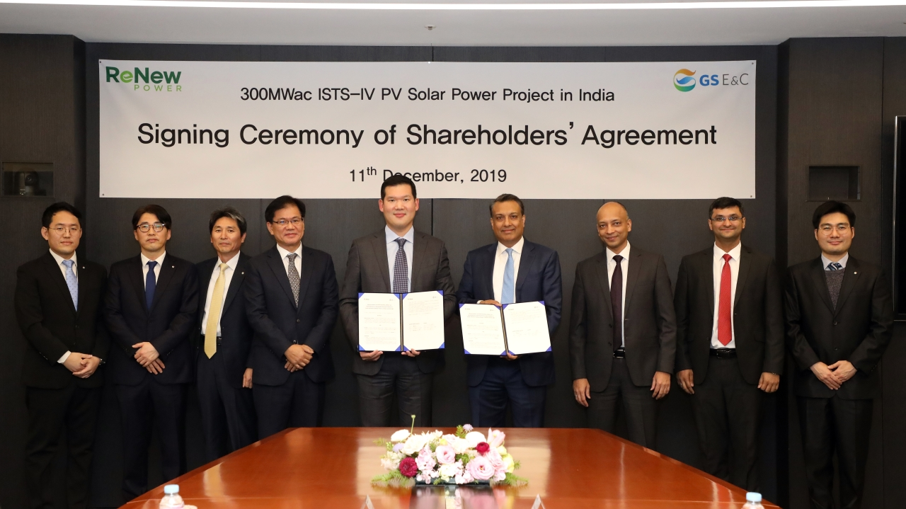 GS E&C's new business division chief, Huh Yoon-hong (fifth from left), and ReNew Power Chairman Sumant Sinha (fourth from right) pose for a photo at the signing ceremony for a shareholders' agreement for the ISTS-IV 300-megawatt photovoltaic project, in Seoul on Thursday. GS E&C