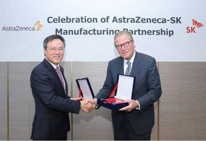 SK Holdings CEO Jang Dong-hyun (left) and AstraZeneca Chairman Leif Johansson attend a meeting to boost their partnership in Seoul on Thursday. (AstraZeneca)
