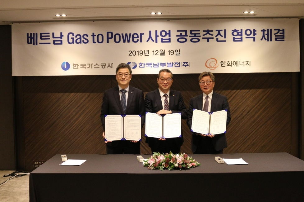 From left: Korea Southern Power President Shin Jung-shik, Hanwha Energy CEO Jung In-sub and Korea Gas Corp. CEO Chae Hee-bong pose for a photo after signing a contract to jointly work on Vietnam's gas power generation and LNG terminal business at Seoul Plaza Hotel on Thursday. (Hanwha Energy)