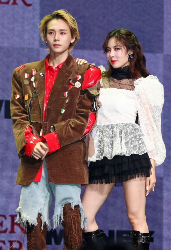 HyunA and Dawn pose at press showchase in November. (Yonhap)