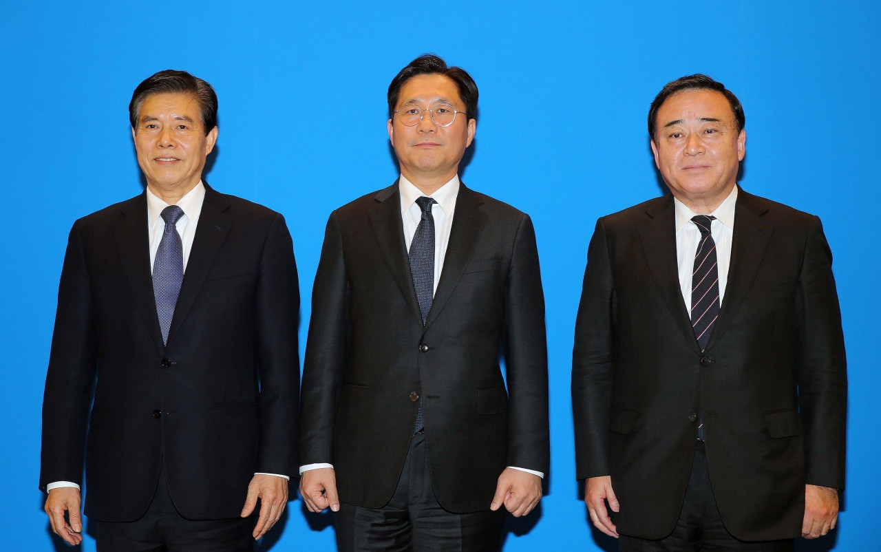 South Korea's Trade, Industry and Energy Minister Sung Yun-mo (left) stands in line with China's Commerce Minister Zhong Shan and Japan's Economy and Trade Minister Hiroshi Kajiyama for talks in Beijing on Sunday. (Yonhap)