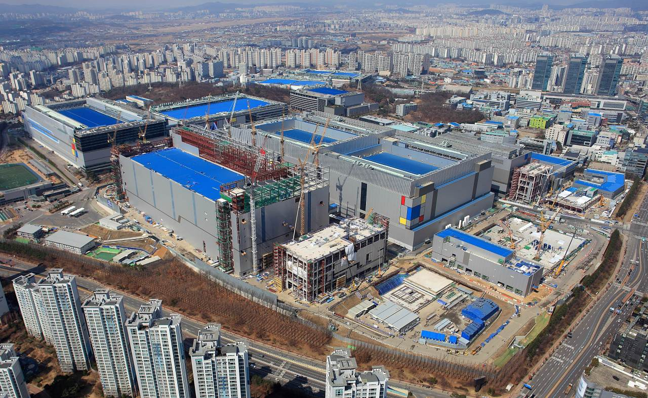 An extreme ultraviolet lithography plant is under construction at Samsung Electronics' campus in Hwaseong, Gyeonggi Province. (Samsung Electronics)