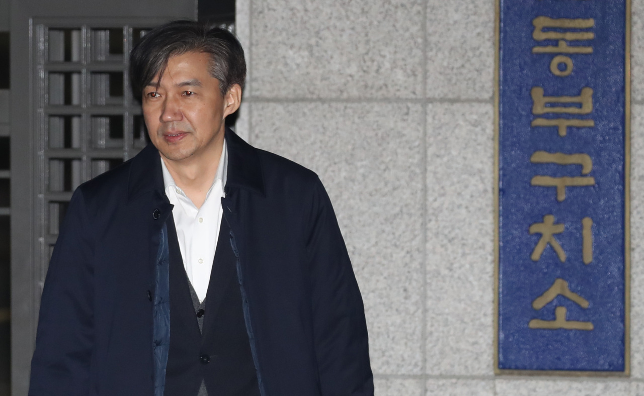 Former Justice Minister Cho Kuk walks out of the Seoul Detention House on early Friday morning. (Yonhap)