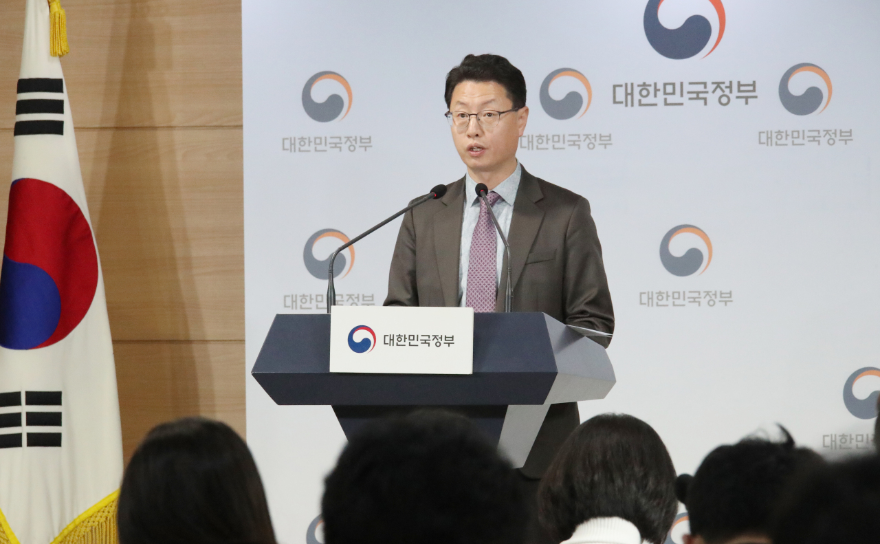 Hong Jin-bae, director general of the Ministry of Science and ICT's Office of Network Policy Telecommunication Policy Bureau, speaks during a briefing on the SK Broadband-Tbroad merger in Seoul on Monday. (Yonhap)
