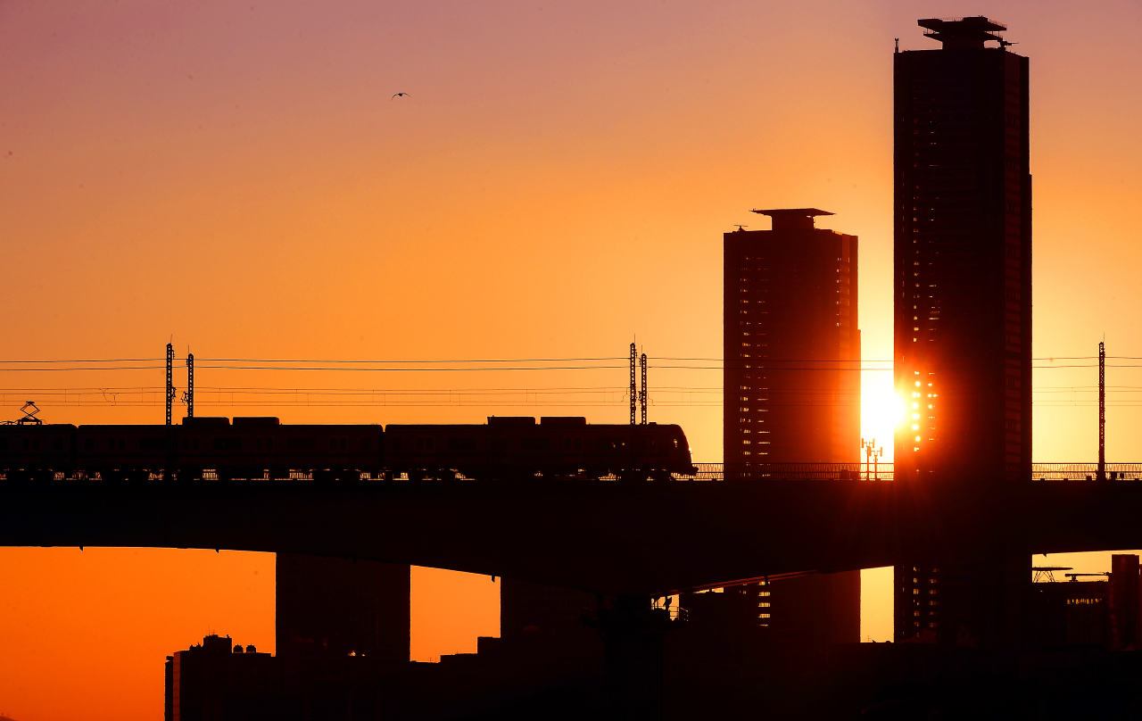 The last sunrise of 2019 is seen from Yeouido, financial district of Seoul on Tuesday. Many South Koreans hope for stability on the Korean Peninsula and recovery of the sluggish economy in 2020, the first year of the new decade. (Lee Sang-sub/The Korea Herald)