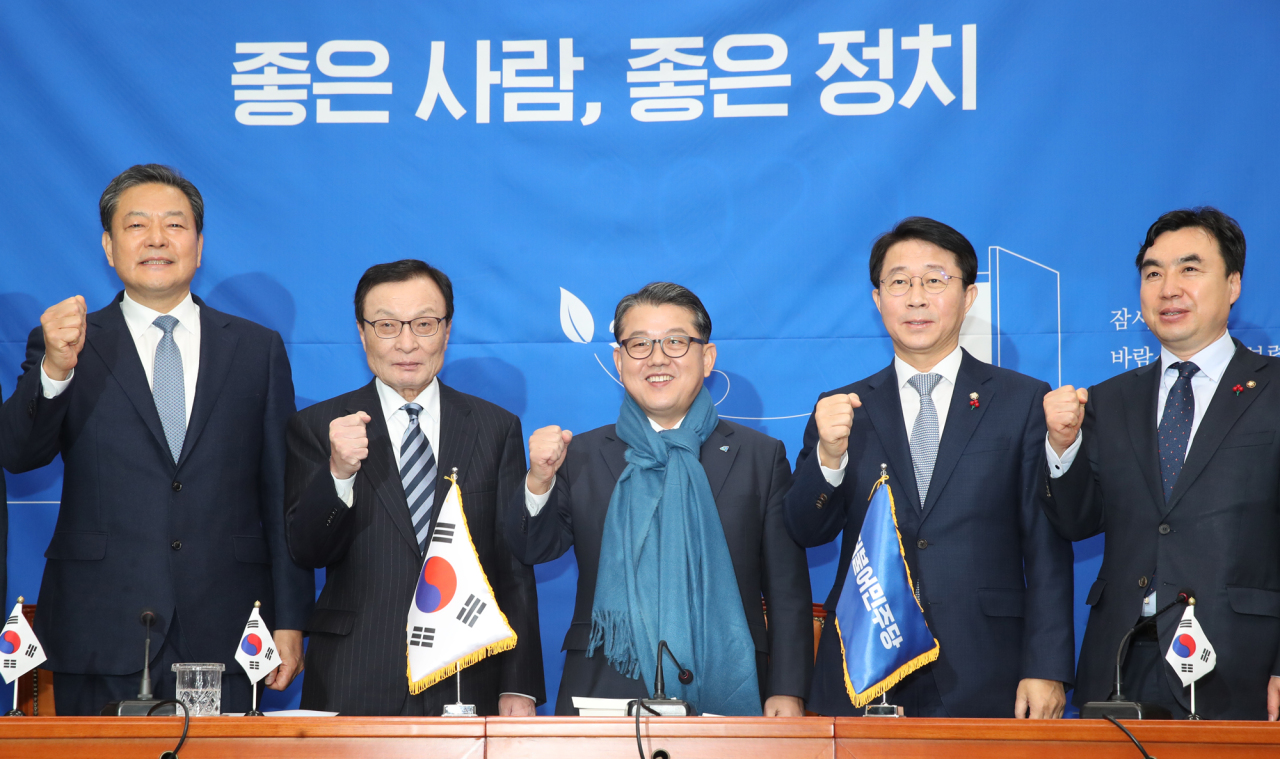 Retired Gen. Kim Byung-joo (center), former deputy commander of the ROK-US Combined Forces Command, announces his bid for the parliamentary election in April 2020. (Yonhap)