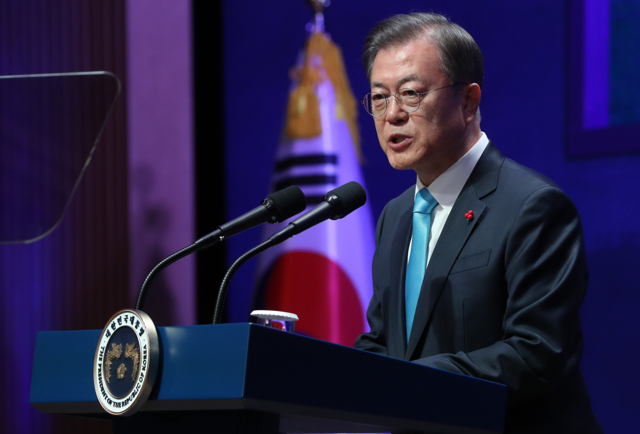 President Moon Jae-in delivers his New Year address at the Korea Chamber of Commerce and Industry on Thursday. Yonhap