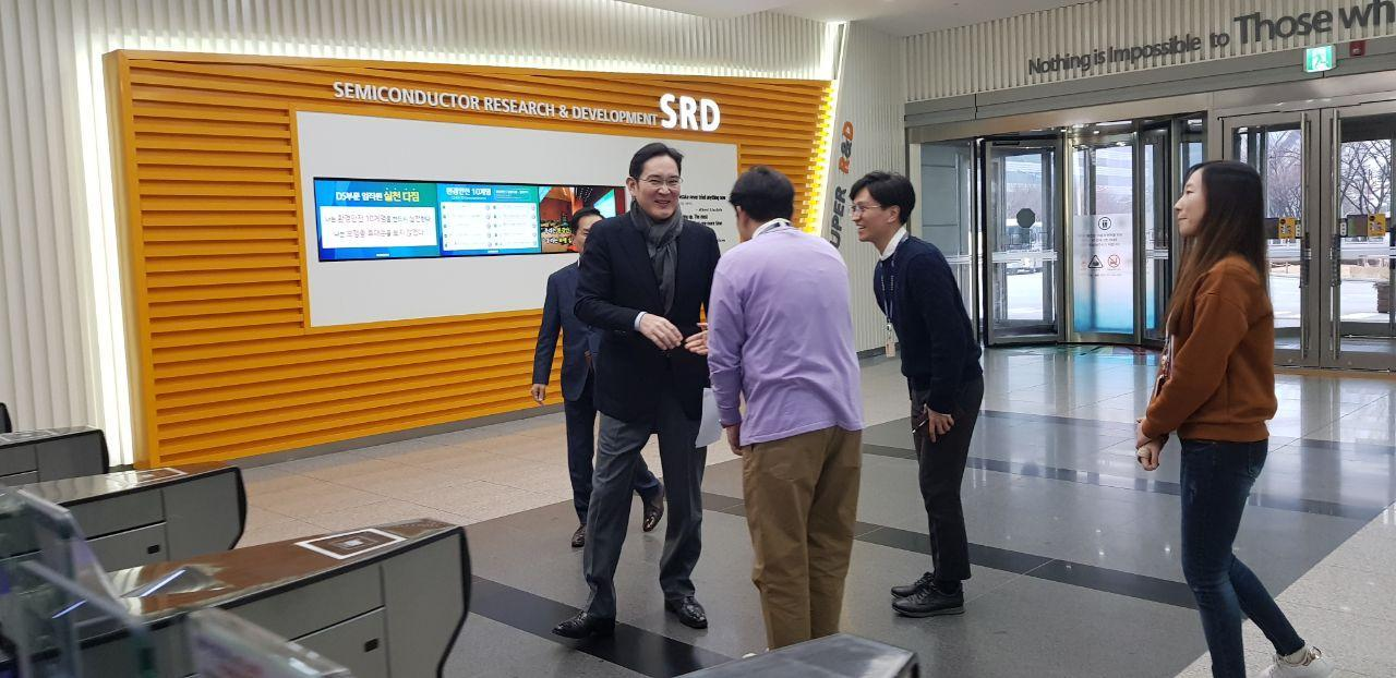 Samsung heir Lee Jae-yong shakes hands with engineers at the company's semiconductor R&D center in Hwaseong, Gyeonggi Province, Thursday. (Samsung Electronics)