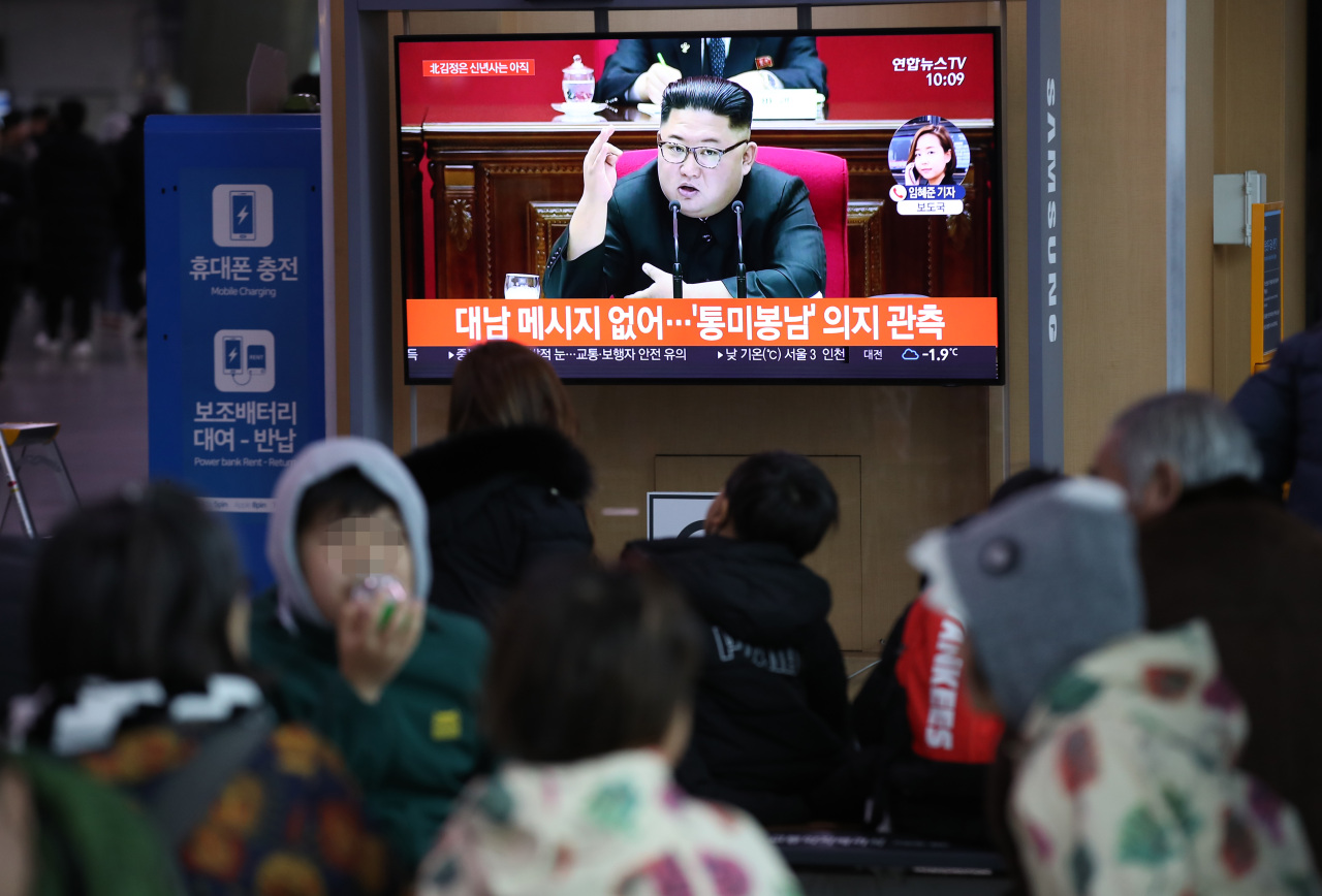 Citizens in Seoul watches report on North Korean leader Kim Jong-un`s remark. (Yonhap)