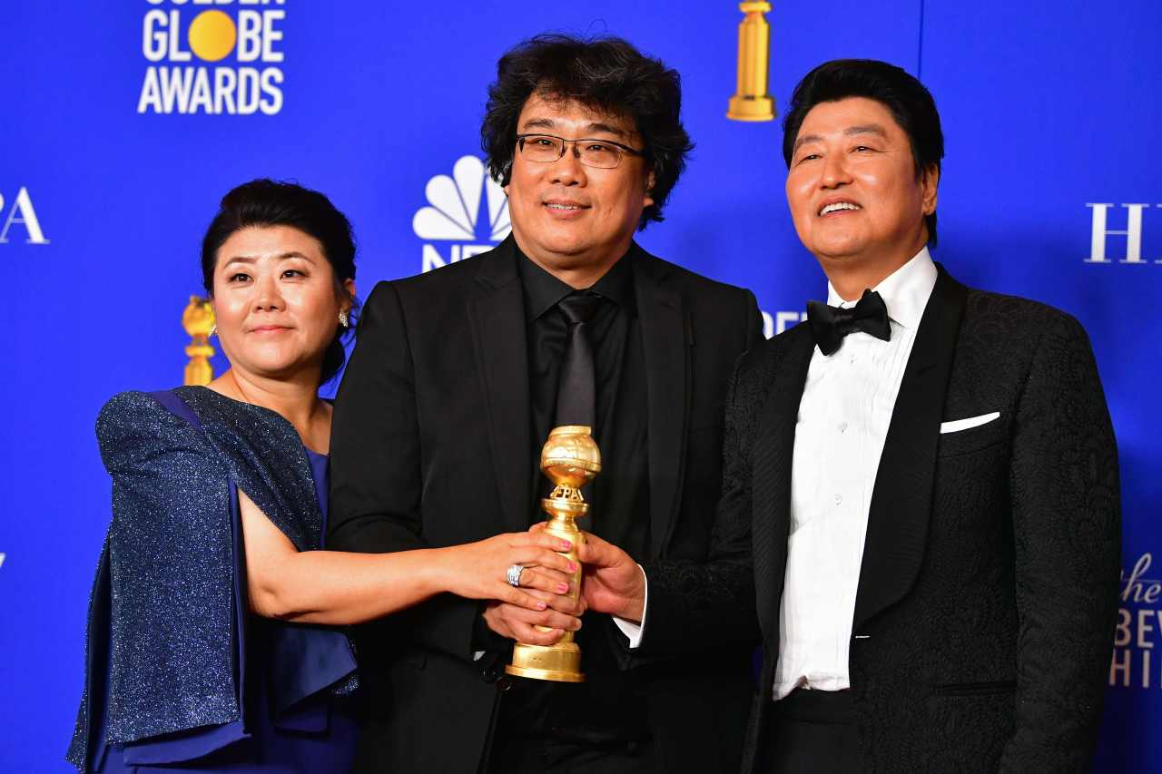 Director Bong Joon-ho (center), actress Lee Jeong-eun (left) and actor Song Kang-ho pose for a photo during the 77th Golden Globe Awards in Beverly Hills, California, Sunday. (AFP-Yonhap)