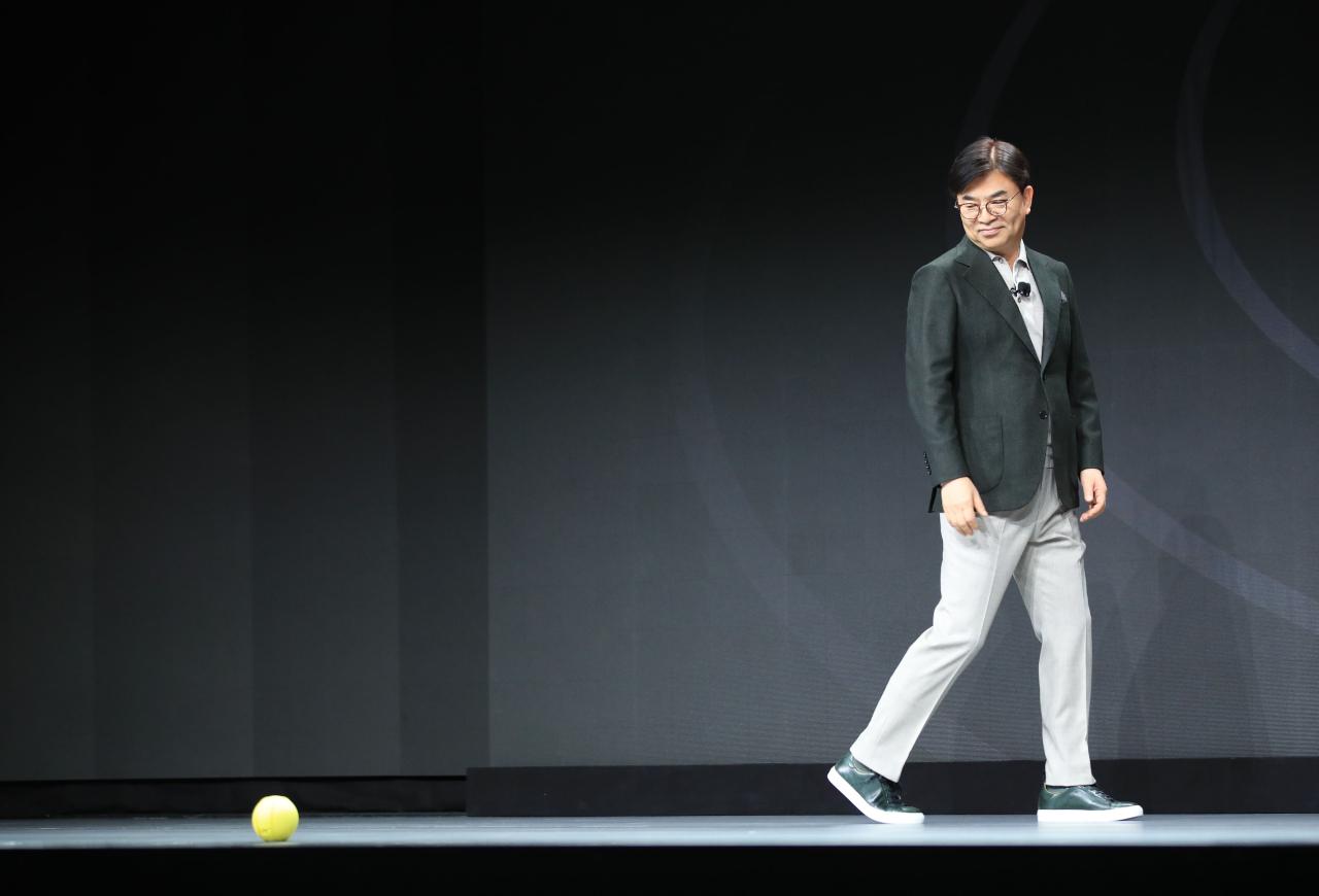 Samsung Electronics CEO Kim Hyun-suk lets life companion bot Ballie follow him during a keynote speech at CES 2020 in Las Vegas on Monday. (Yonhap)