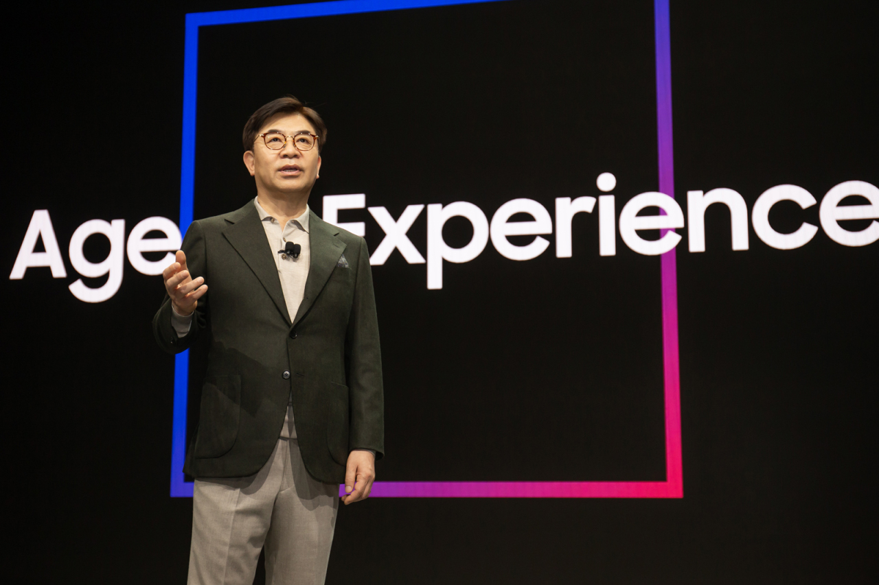 Samsung Electronics CEO Kim Hyun-suk presents life companion bot Ballie during his keynote speech at CES 2020 in Las Vegas on Monday. (Samsung Electronics)