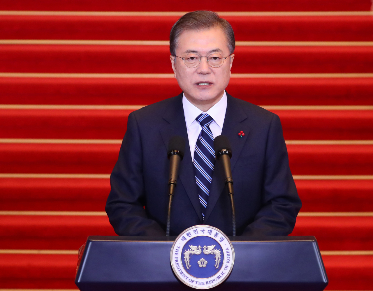 South Korean President Moon Jae-in delivers the New Year address at Cheong Wa Dae on Tuesday. (Yonhap)