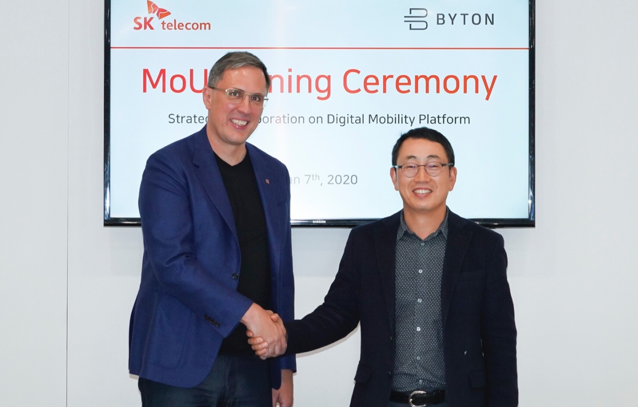 Byton President Daniel Kirchert (left) shakes hands with Ryu Young-sang Vice President and Head of MNO Business of SK Telecom, after signing a memorandum of understanding on Tuesday (local time). (SK Telecom)