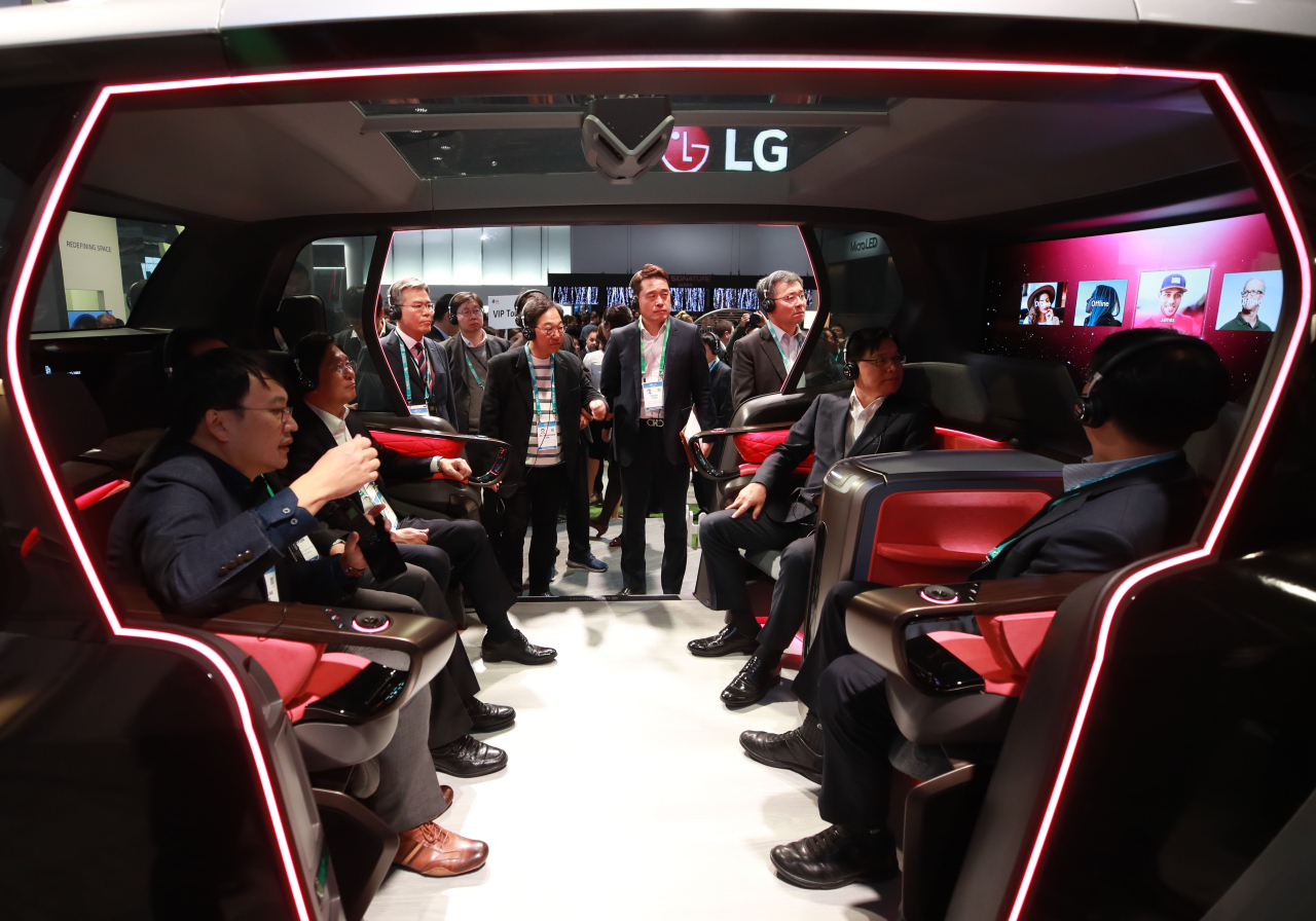Minister of Industry, Trade and Energy Sung Yoon-mo (second from right) tests out a connected car platform at LG Electronics' CES 2020 booth at the Las Vegas Convention Center on Tuesday. (Yonhap)