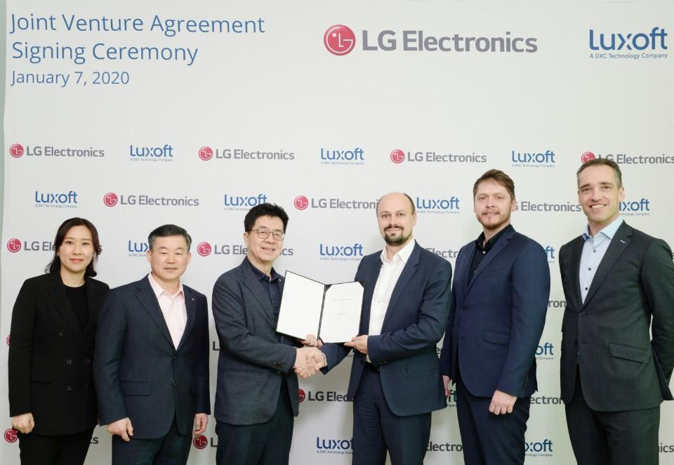 Officials of LG Electronics and Luxoft agree to launch a joint venture for in-vehicle infotainment system. (Yonhap)