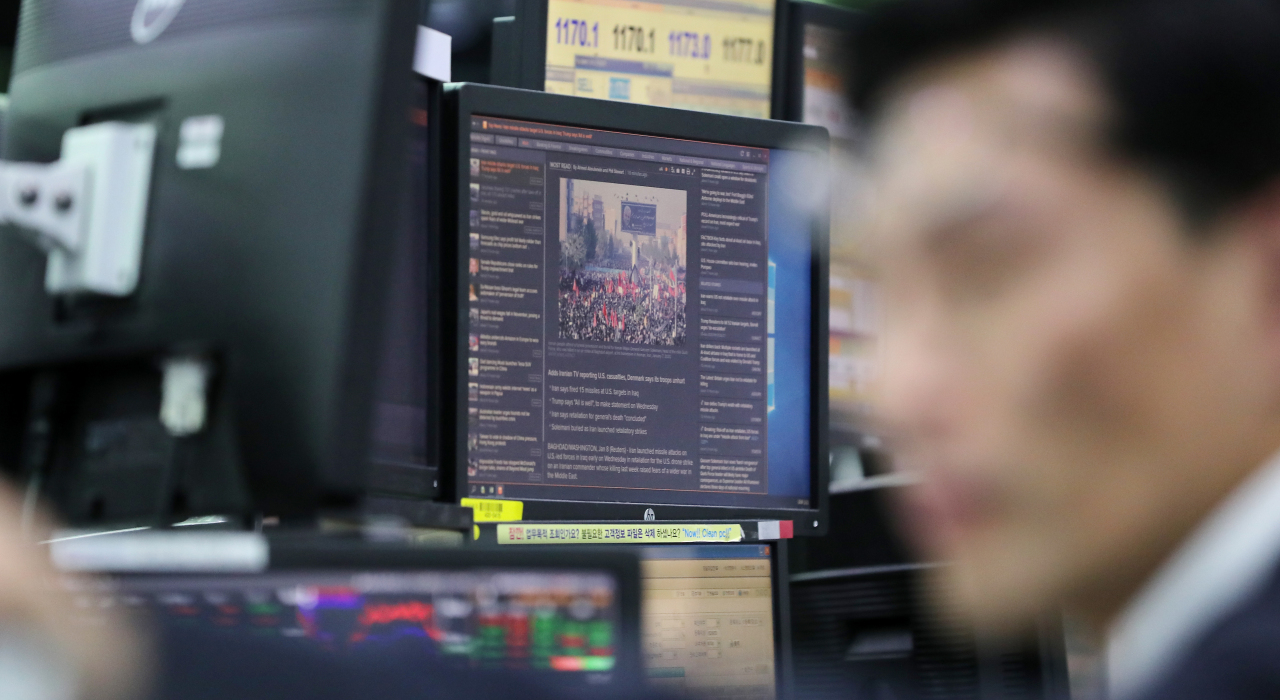 A monitor shows news related to Iran missile strike in the foreign exchange dealing room of the KEB Hana Bank headquarters in Seoul (Yonhap)